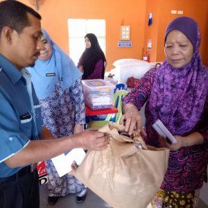 Md.-Ariffin-Jaafar-menyampaikan-sumbangan-kepada-wakil-keluarga-mangsa-kebakaran